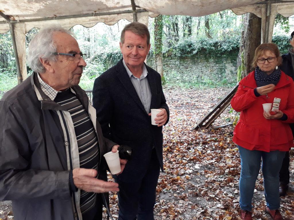Jean Berny Président de PARR remercie Thierry Convert, Maire de Poigny la Forêt
