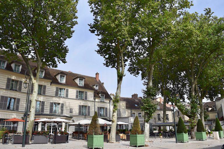 Place F.Prud'homme, devant le Relays du Château